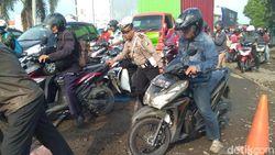 Perbaikan Rel KA Bikin Jalur Poros Lamongan-Surabaya Macet
