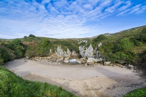 Pantai Gulpiyuri punya panjang 40 meter dan lebar 15 meter. Meski begitu, di depan pasir putihnyanya tidak ada laut hanya tebing! (iStock)