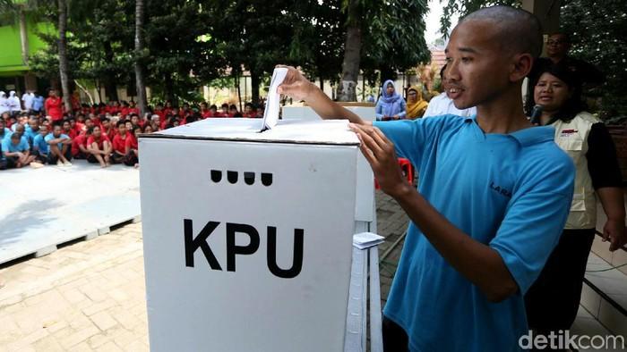 Petugas KPUD Jakarta menggelar sosialisasi Pemilu kepada para penyandang disabilitas mental. Mereka mendapatkan hak pilih dengan syarat rekomendasi dari dokter. (Foto: Agung Pambudhy)
