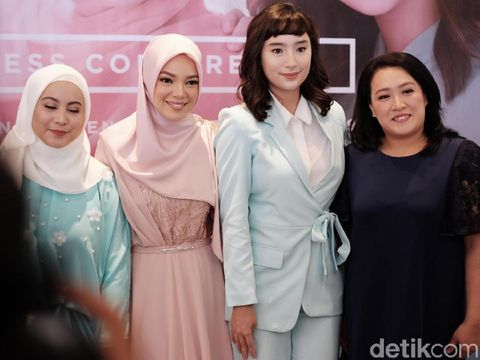 Tatjana Saphira dan Dewi Sandra di acara Wardah 'Feel The Beauty'.