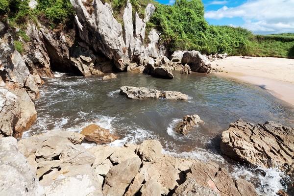Wisatawan boleh berenang di pantainya (iStock)