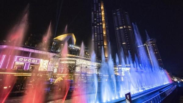 Berlokasi di pelataran mal ICONSIAM, Bangkok, traveler bisa menjumpai air terjun yang diklaim terpanjang di Asia Tenggara (dok ICONSIAM)