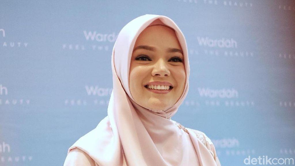 Ingin Fokus Ibadah, Dewi Sandra Tak Pernah Beli Baju Baru untuk Lebaran
