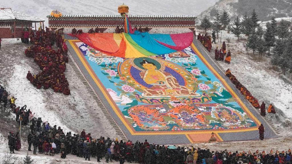 Melihat Lebih Dekat Festival Menjemur Buddha di Tibet