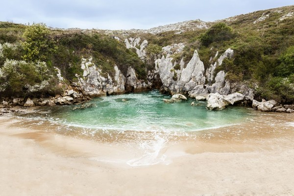 Inilah Pantai Gulpiyuri di Spanyol. Lokasinya di Llanes, sebuah kota kecil di utara Spanyol (iStock)