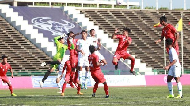 Timnas Indonesia U-22 (putih) akan jadi lawan kedua bagi Malaysia di Stadion Olimpiade.