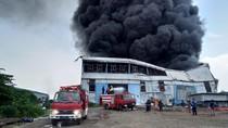 4 Jam, Kebakaran Gudang di Kawasan Industri Maspion Masih Membara