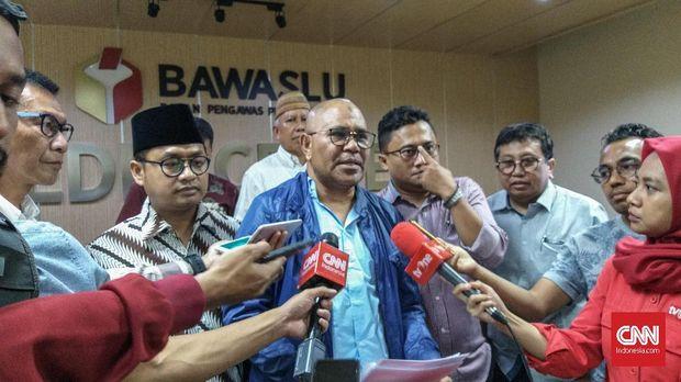Djamaludin Koedoebon dari Tim Advokat Indonesia Bergerak (TAIB) melaporkan Jokowi terkait serangan soal kepemilikan lahan Prabowo ke kepolisian.