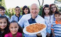 Punya Resto Mewah, Chef Ini Masak dan Beri Makan Ribuan Orang Miskin
