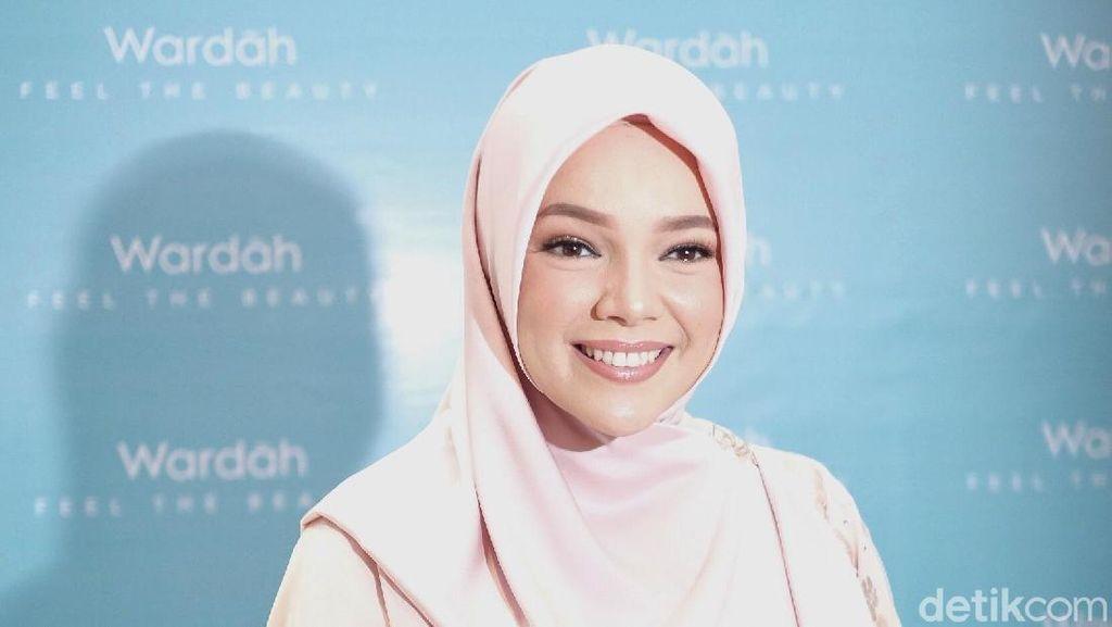 Dewi Sandra Ingin Ramadan di Rumah, Berharap Tak Gagal Khatam Al-Quran