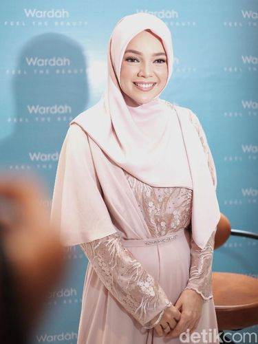 Dewi Sandra ingin menjalani Ramadan di rumah.