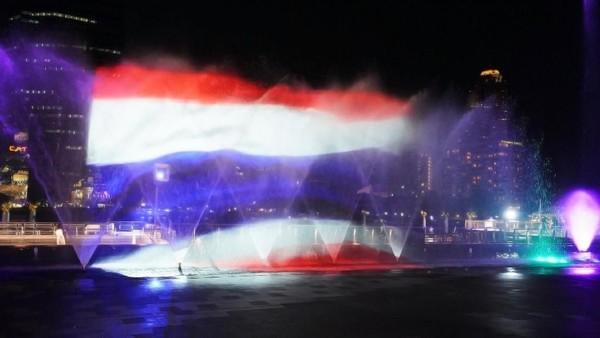 Menariknya lagi, air mancur tersebut juga menunjukkan kebudayaan Thailand. Sebut saja gambar landmark kenamaan hingga bendera Thailand (dok ICONSIAM)
