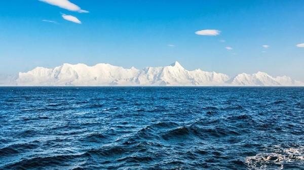 Satu tim harus menyelamatkan Malcolm Roberts yang pendarahan di Antartika. Pada akhir April 2015, Tim Nutbeam diangkut pesawat yang membawa kantong darah besar (BBC Future/Tim Nutbeam)