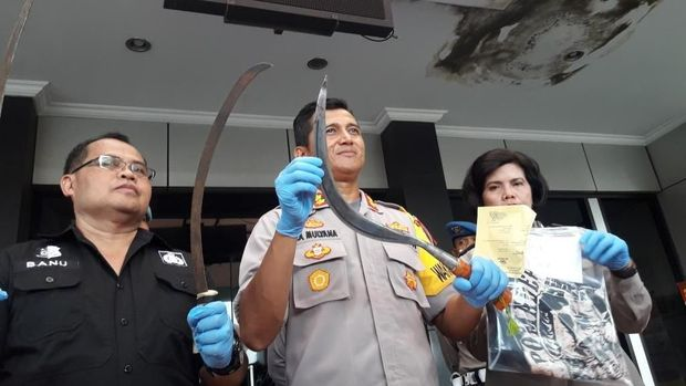 Polisi menunjukkan barang bukti.