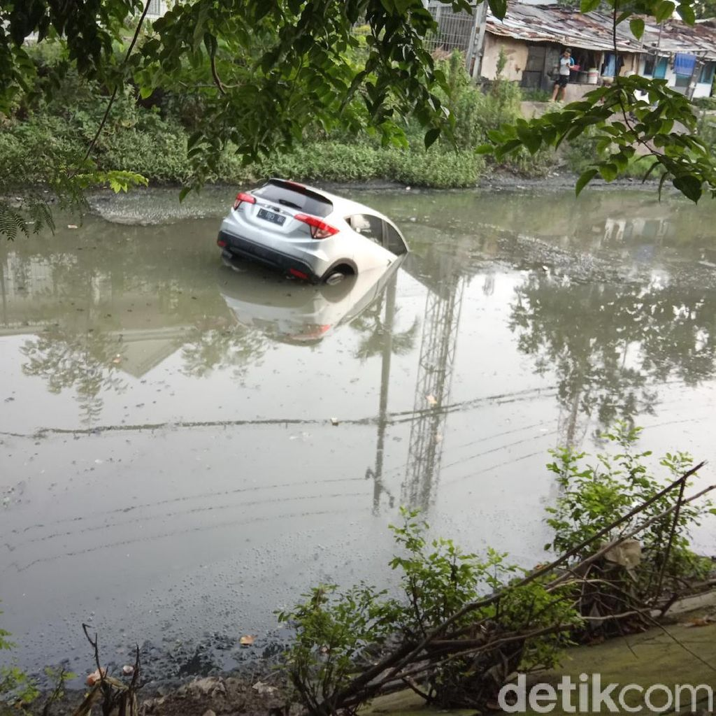Saat Diparkir, Mobil Ini Tiba-tiba Bergerak Lalu Nyemplung Sungai
