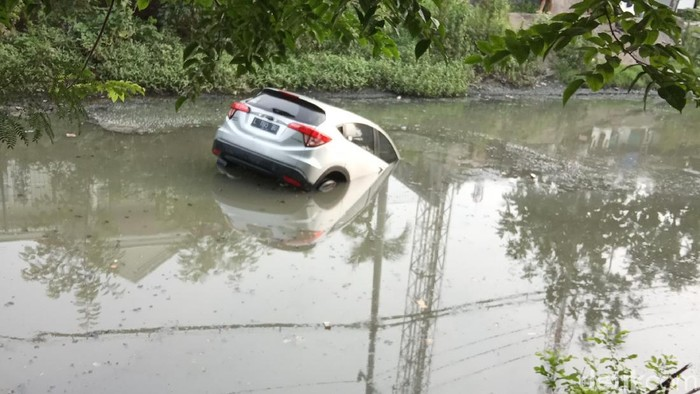 H-RV yang nyemplung sungai (Foto: Deny Prastyo Utomo)