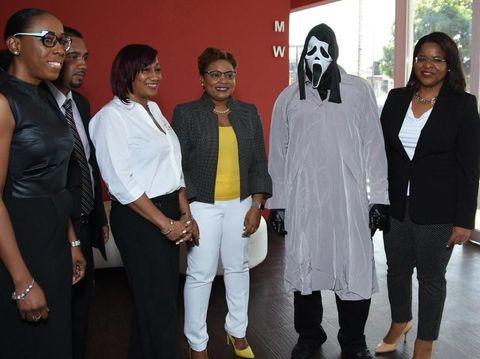 Cara unik pria sembunyikan wajahnya yang menang lotre Rp 16 miliar.