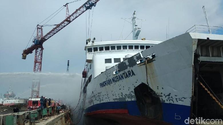 Kapal Panorama Nusantara Terbakar di Pelabuhan Tanjung Emas