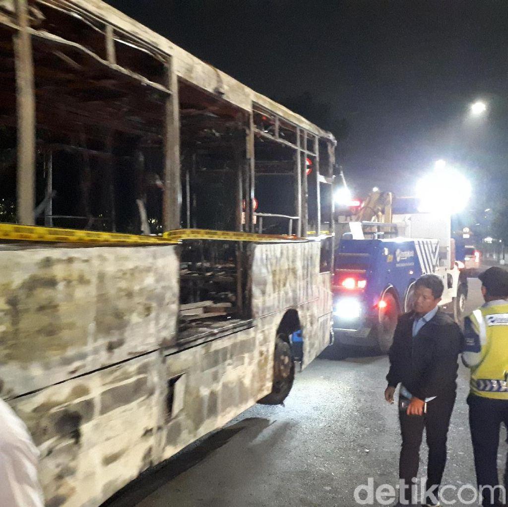 Dipasangi Garis Polisi, Bus TransJ yang Terbakar Dievakuasi