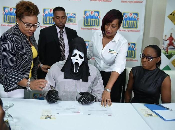 Cara unik pria sembunyikan wajahnya yang menang lotre Rp 16 miliar. Foto: Twitter Supreme Venture