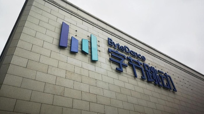 FILE PHOTO: A new Bytedance sign is seen on the facade of its headquarters in Beijing, China August 8, 2018. REUTERS/Stringer/File Photo ATTENTION EDITORS - THIS IMAGE WAS PROVIDED BY A THIRD PARTY. CHINA OUT.
