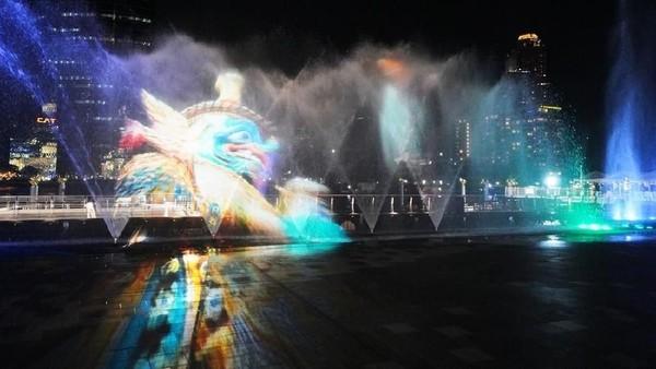 Pertunjukan dan animasi laser berwarna yang ditembakkan ke air mancur pun turut menambah keindahannya (dok ICONSIAM)