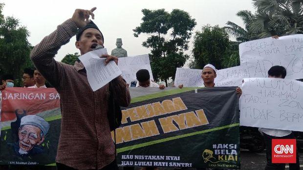 Orator demo mengeluarkan kecaman terhadap Fadli.