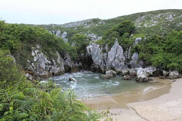 Usut punya usut, air lautnya muncul dari gua bawah tanah dan mengalir keluar. Rasa airnya pun asin (iStock)