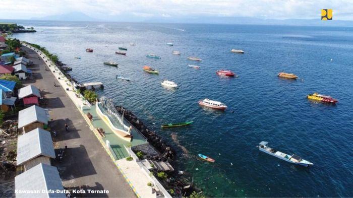 Di Kota Ternate, permukiman kumuh berada di Kawasan Dufa-Dufa yang terdiri dari 4 (empat) lokasi yaitu Dufa-Dufa, Salero, Toboleu, dan Sangaji seluas 12,41 hektar yang berada di tepi laut. Setelah dilakukan penataan, Kota Ternate memiliki Taman Dufa-Dufa sebagai tempat wisata baru dengan kondisi jalan yang baik, adanya trotoar, kursi dan perkuatan tanggul laut. Anggaran berasal dari APBN Tahun 2017 sebesar Rp 8,5 miliar. Dok. Kementerian PUPR.