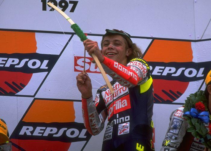 Valentino Rossi masih berusia 18 tahun pada foto ini. Diambil pada 17 Agustus 1997, Rossi memenangi balapan di Inggris (Mike Cooper /Allsport)