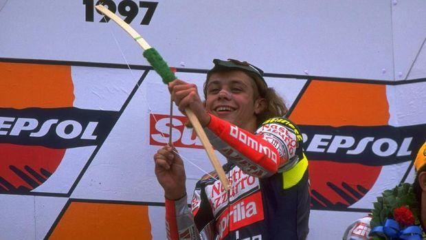 Valentino Rossi merayakan kemenangan di GP Inggris kelas 125cc pada 1997