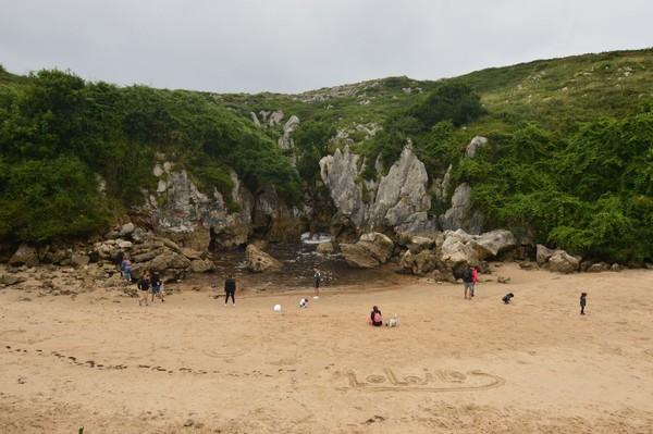 Wisatawan yang mengunjungi Pantai Gulpiyuri (iStock)