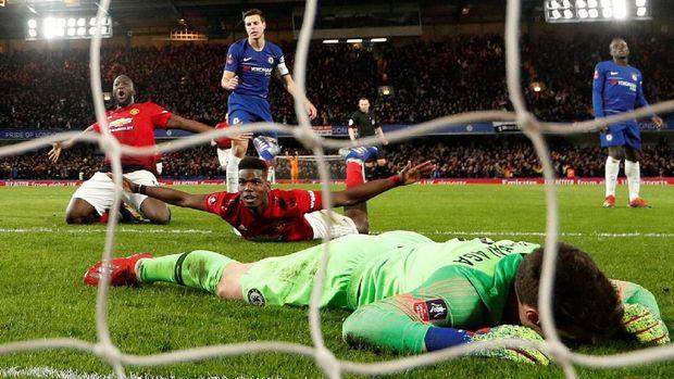 Paul Pogba merayakan gol ke gawang Chelsea di Piala FA.