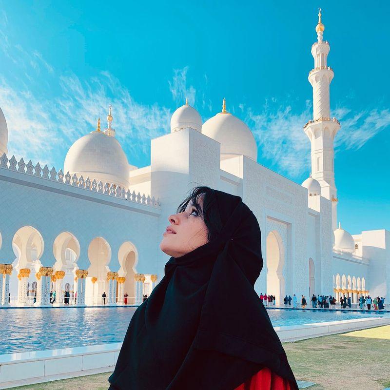 Dilihat detikTravel dari Instagram pribadinya, penyanyi Camila Cabello baru-baru ini mendatangi Masjid Sheikh Zayed. Dia pun menggenakan hijab (Instagram/camila_cabello)