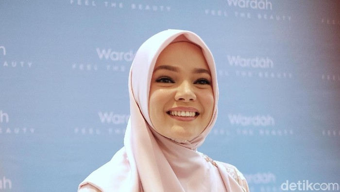Beda Gaya Dewi Sandra dan Tatjana Saphira