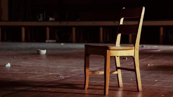 Bercandaan tarik kursi bisa sebabkan bahaya lho. (Foto: iStock)