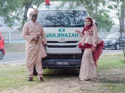 Pasangan di Malaysia viral karena foto pernikahan berlatar mobil jenazah