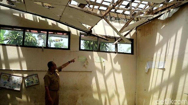 Atap Kelas Ambruk, Siswa SD di Sukabumi Belajar di Teras Sekolah