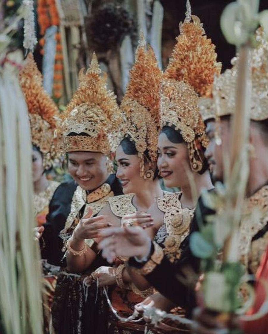 Inilah pasangan pengantin Gusti Ngurah Berlin Bramantara dan Anastasia Phanasta yang baru saja menggelar royal wedding di Bali. Disebut royal wedding karena Berlin merupakan putra dari pemilik toko oleh-oleh Krisna Bali, I Gusti Ngurah Anom. Foto: Instagram @Allseasonsphoto, Instagram @rivieraeventorganizer