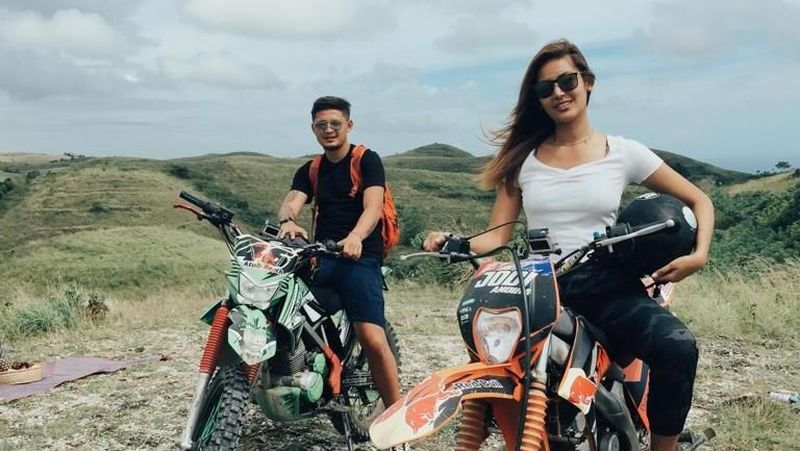 Bali masih punya banya tempat keren untuk kamu datangi. Maria Selena dan Syamsir Alam menuju Bukit Teletubbies dengan naik motor trail. (My Trip My Adventure)