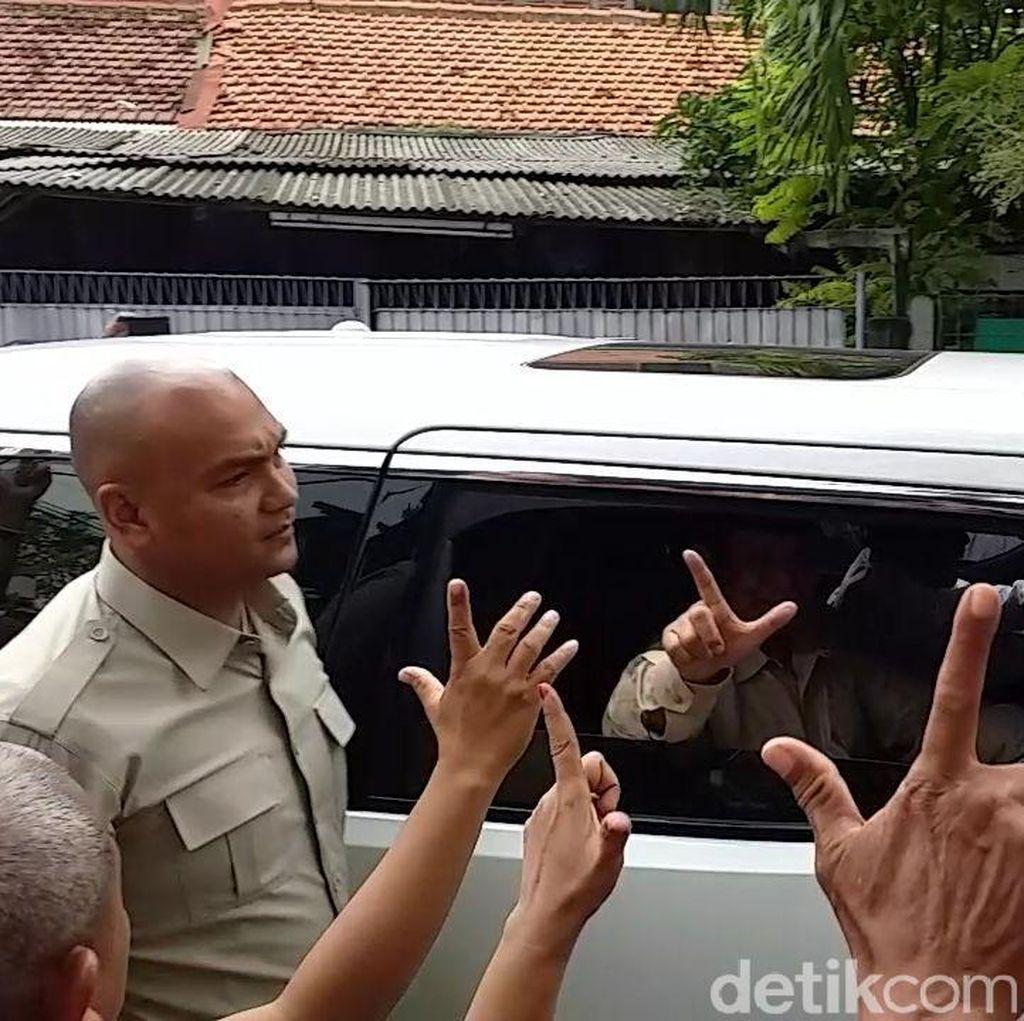 Kedatangan Prabowo ke Surabaya Disambut Massa Teriak Jokowi Wae