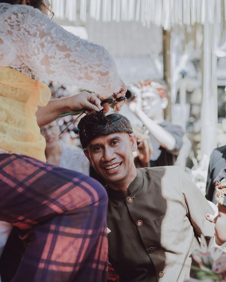 Dan inilah ayah mempelai pria yang memiliki hajat royal wedding, I Gusti Ngurah Anom atau akrab disapa Ajik Cok. Pria yang kini menjadi konglomerat karena sukses berjualan oleh-oleh khas Bali itu begitu bahagia dengan pernikahan putranya. Foto: Instagram @Allseasonsphoto, Instagram @rivieraeventorganizer