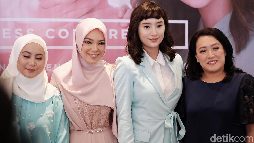 Sering Disebut Bidadari, Ini Beda Gaya Dewi Sandra dan Tatjana Saphira