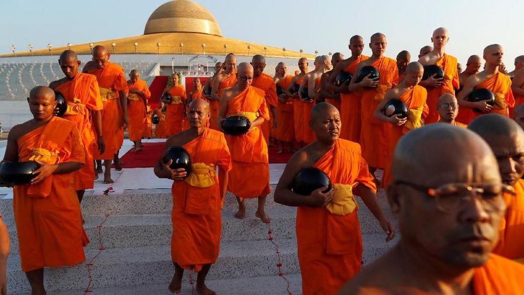 Ratusan Biksu Penuhi Kuil di Thailand Peringati Hari Makha Bucha