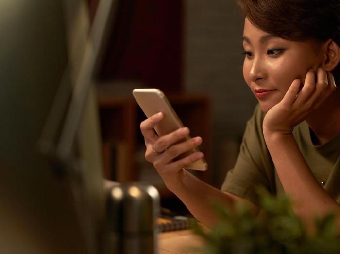 Ilustrasi menggunakan layanan internet mobile. Foto: iStock