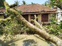 72 Rumah Rusak Diterjang Hujan Angin di Ciamis