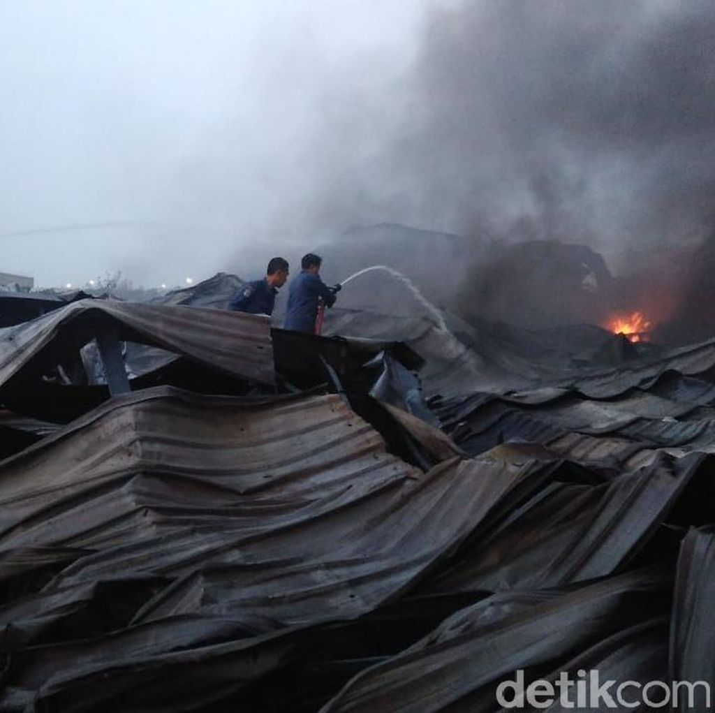 22 Jam, Kebakaran Gudang di Kawasan Industri Maspion Belum Padam