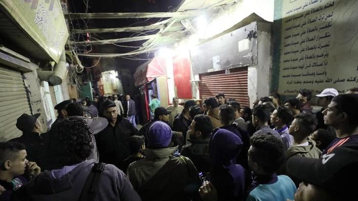 Warga berkerumun di lokasi ledakan bom yang menewaskan dua polisi Mesir (REUTERS/Mohamed Abd El Ghany)