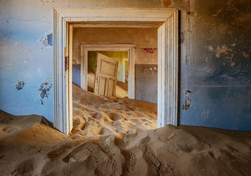 Jika mencari salah satu kota hantu yang paling populer di dunia, maka Kolmanskop di Namibia adalah jawabannya. Kota ini berada di gurun pasir yang banyak bangunannya sudah hancur (iStock)