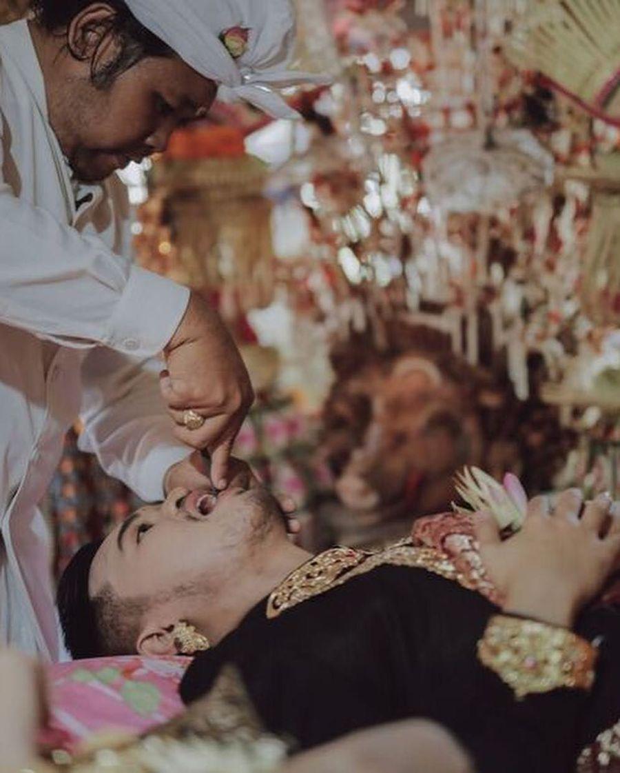 Prosesi kikir gigi yang disebut metatah, mepandes atau mesangih juga dilalui pasangan royal wedding Bali ini. Foto: Instagram @Allseasonsphoto, Instagram @rivieraeventorganizer